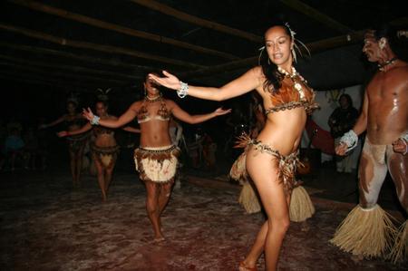 Polynesian_dance_show_in_easter_isl