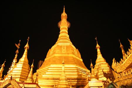 Sule_pagoda_in_yangon_at_night