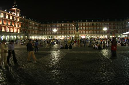 Plaza_de_mayor_in_madrid_at_night