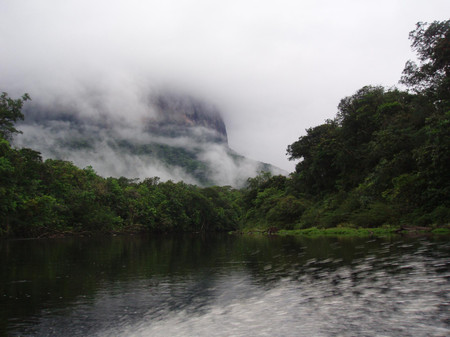 Tepui_from_rio_churun
