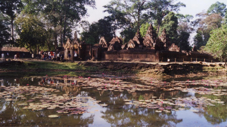Water_lily_and_banteay_srei_in_camb