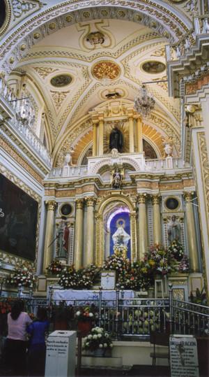 Inside_of_church_at_cholula_1