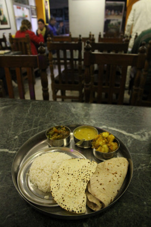 Chapati_and_curry_in_varanasi