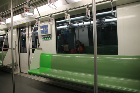 Inside_of_shanghai_metro_line_2