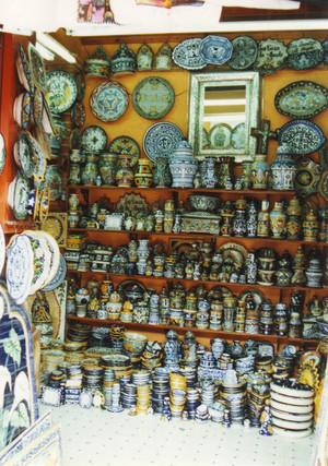 Talavera_pottery_at_mercado_el_pari