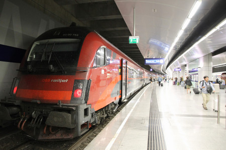Railjet_at_vienna_airport_railway_s