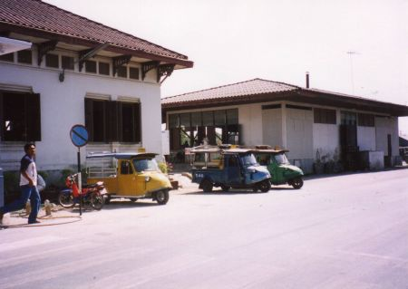 Tuktuk-in-front-of-ayutaya-station