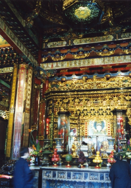 Inside-of-lungshan-temple-in-taipei